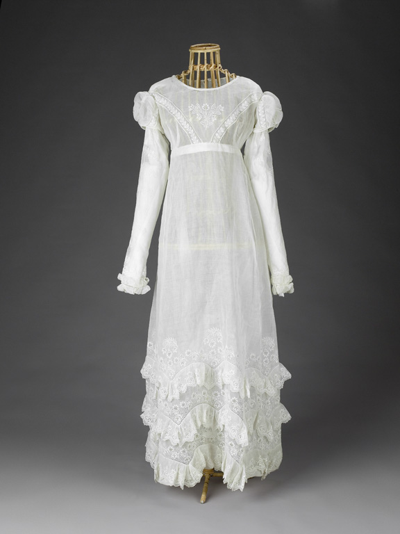 Bílé dlouhé šaty s dlouhými rukávy