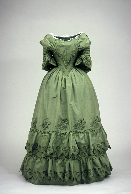 Zelené dlouhé šaty s krátkými rukávy a volány