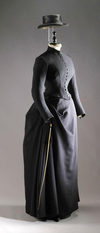 Černý jezdecký oblek s dlouhou sukní a kloboučkem