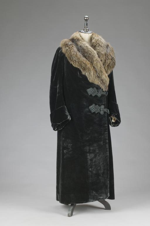 Tmavý plášť se světle hnědým kožešinovým límcem