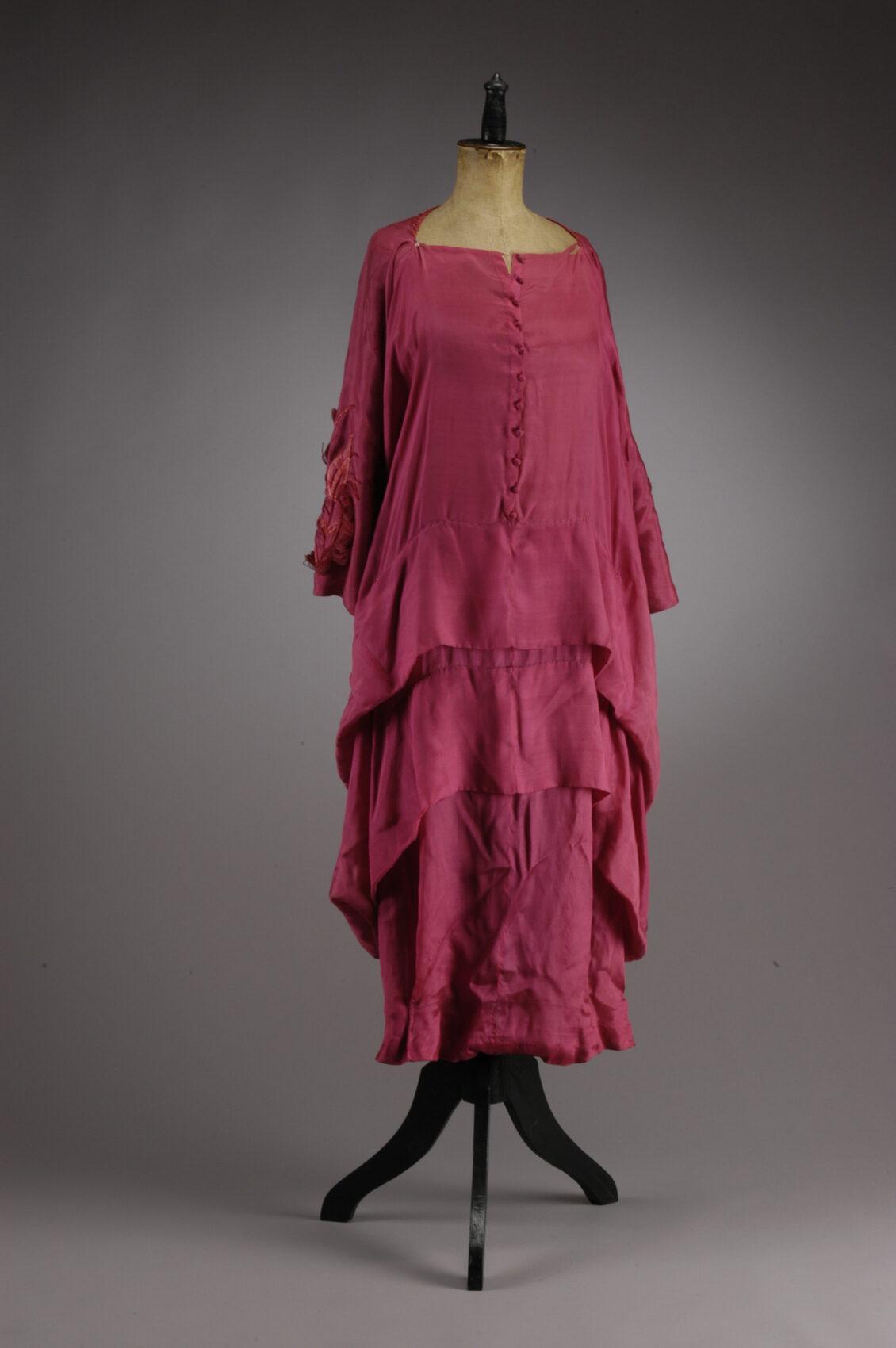 Splývavé kaskádovité šaty temně růžové barvy