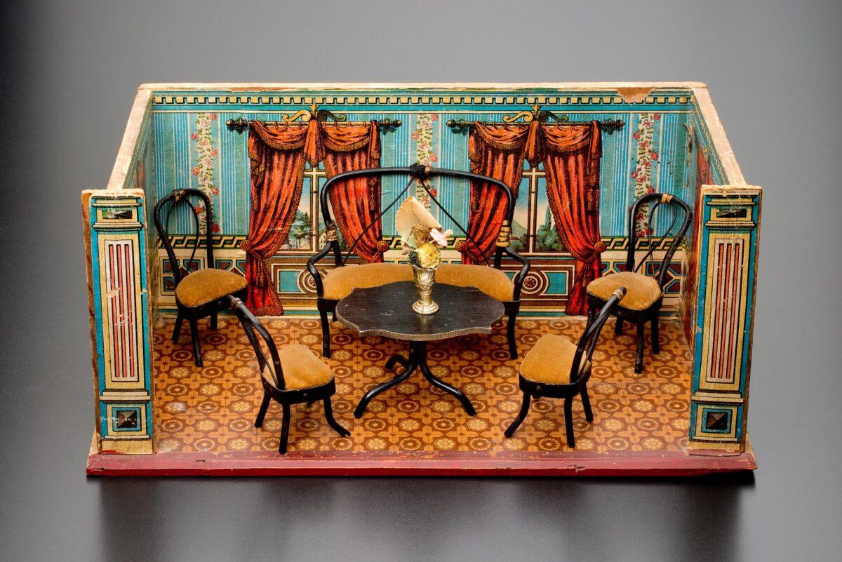 Pokojíček pro panenky se stolem, pohovkou a židlemi
