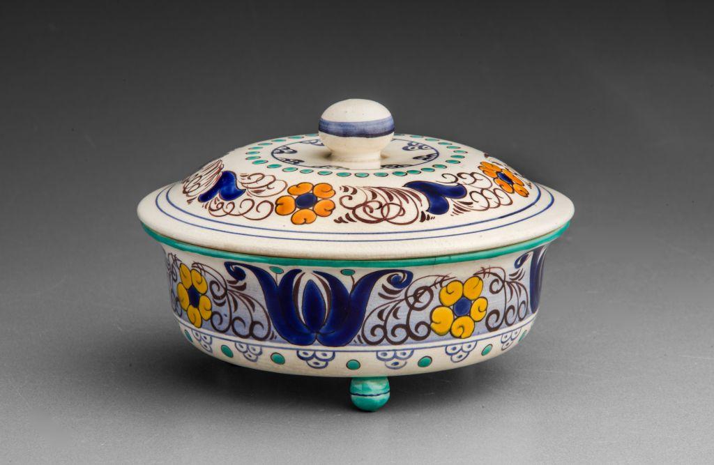 Keramická miska s víčkem s bohatou žluto-modro-hnědou malbou na bílém podkladě (stylizované květy)