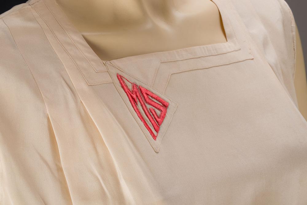Detail tenisových šatů s výšivkou monogramu MS (Marie Šuldová)