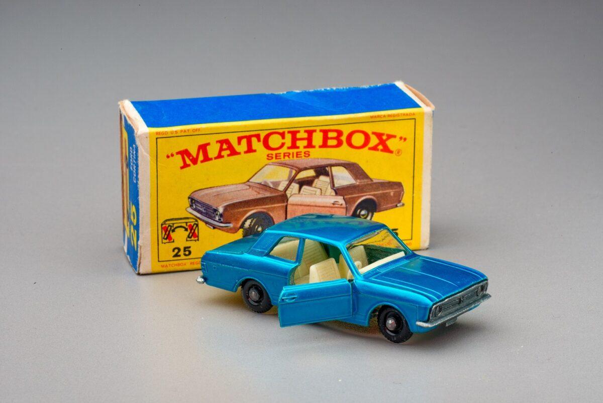 Model modrého fordu s krabičkou s nápisem Matchbox