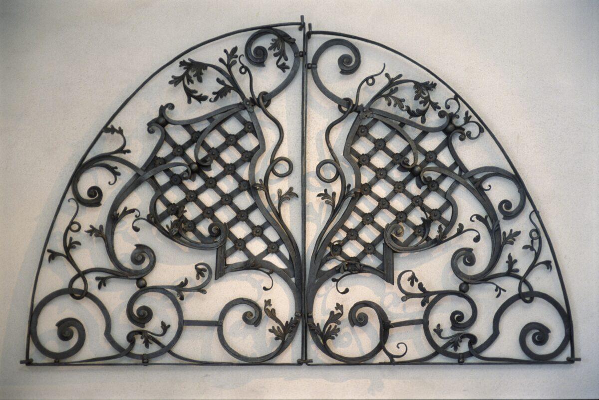 Zdobená kovová mříž