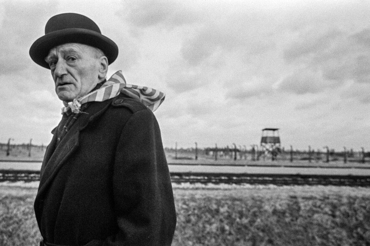Černobílá fotografie starého muže
