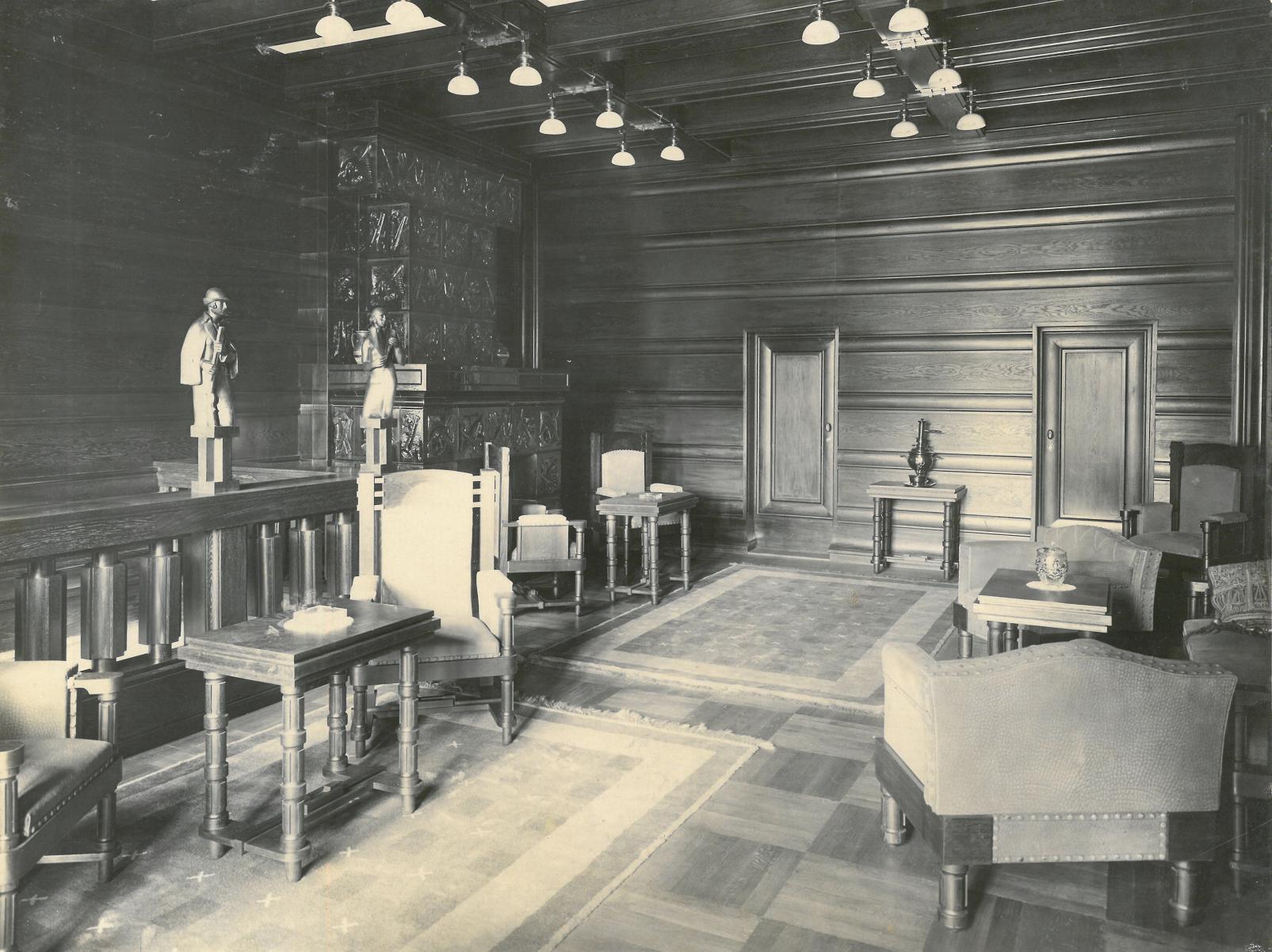 Pohled do interiéru s obloženými stěnami a stropem, s nábytkem, lustry a sochařskou výzdobou