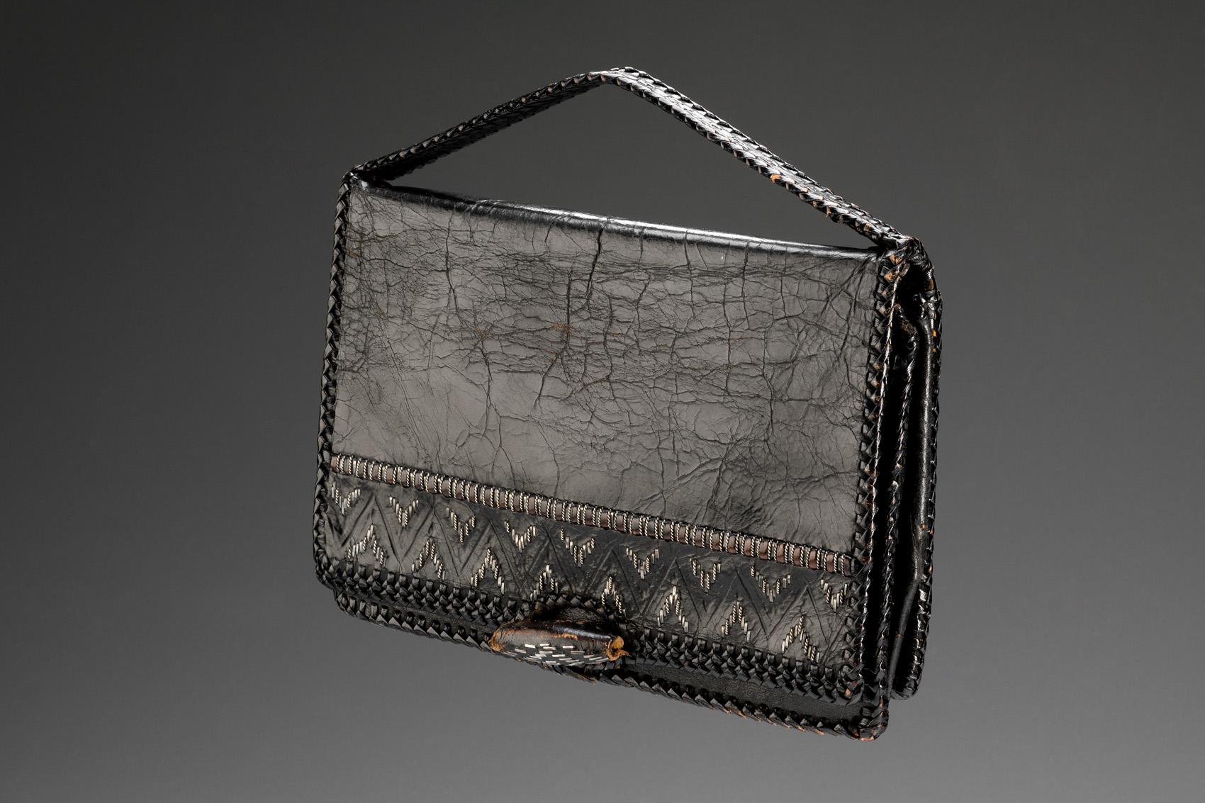 Černá obdélníková kabelka do ruky s černou výšivkou