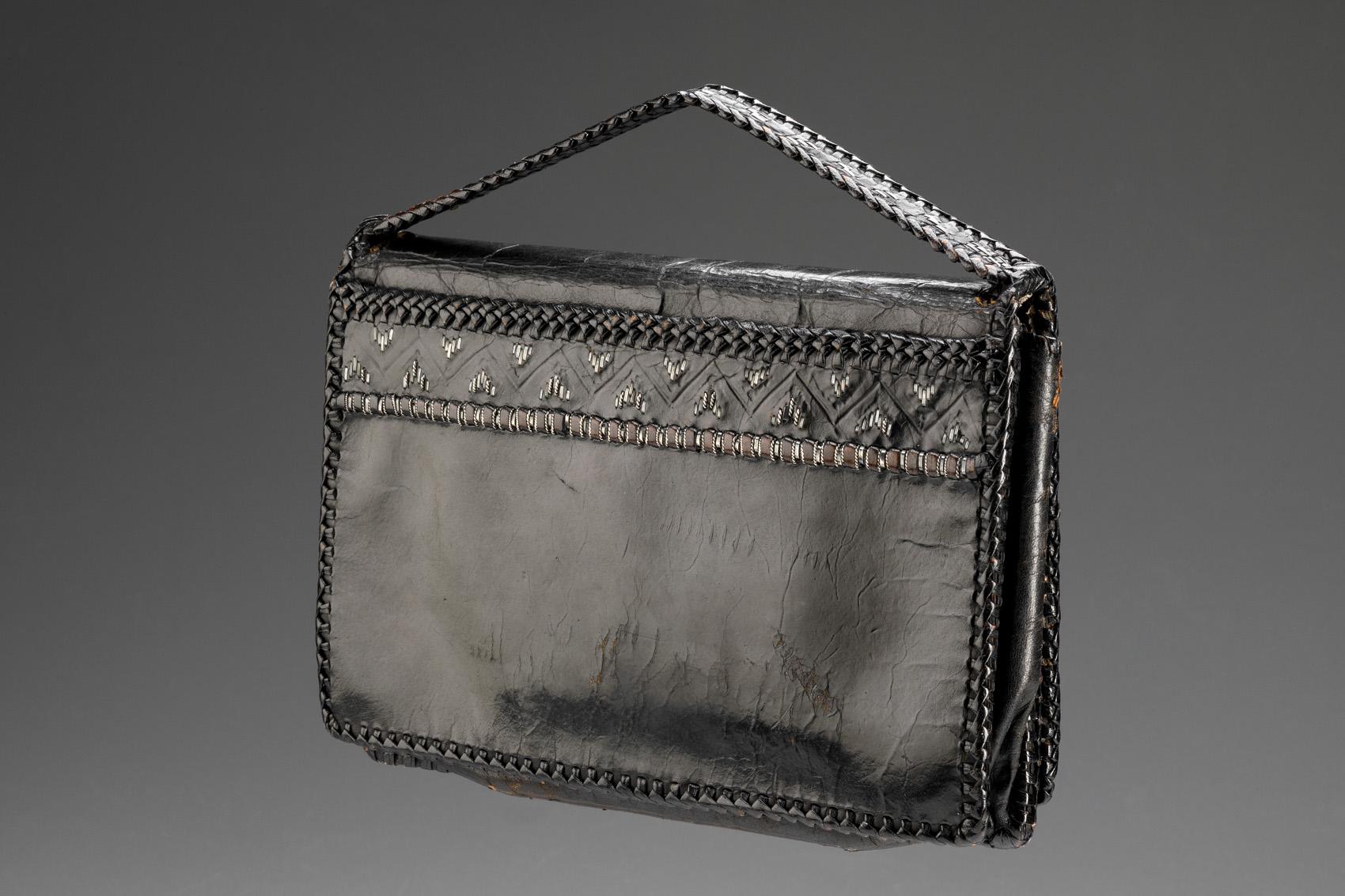 Černá obdélníková kabelka do ruky s černou výšivkou, pohled na zadní stranu