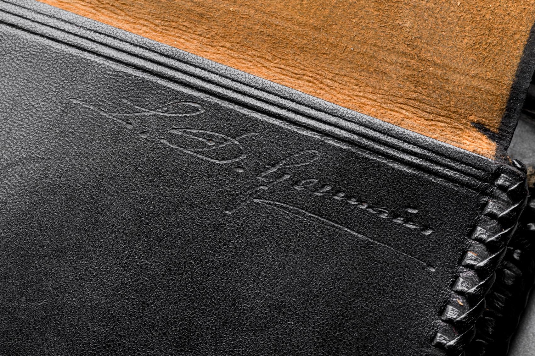 Černá obdélníková kabelka do ruky s černou výšivkou, detail