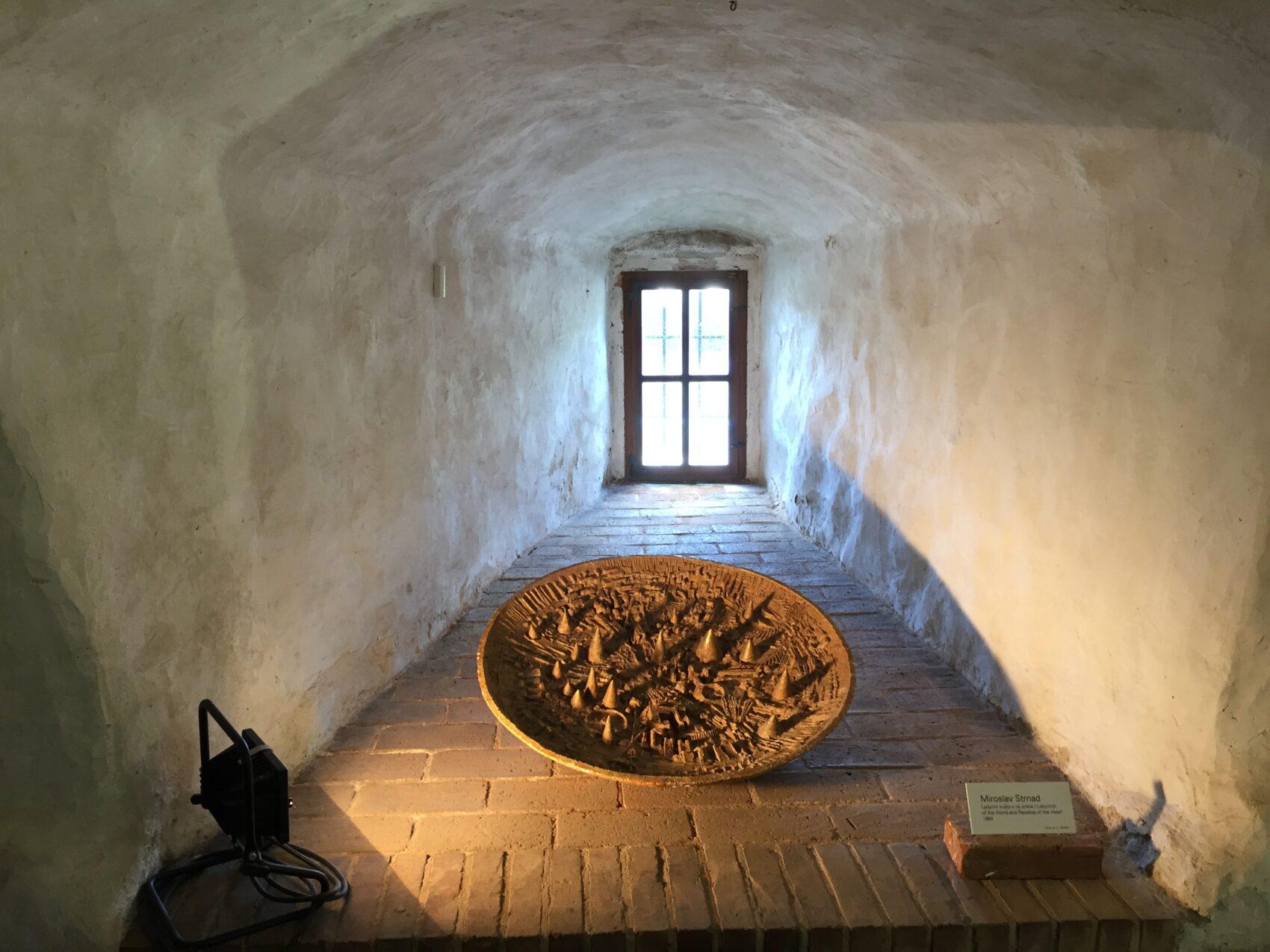 Keramická mísa v podzemí