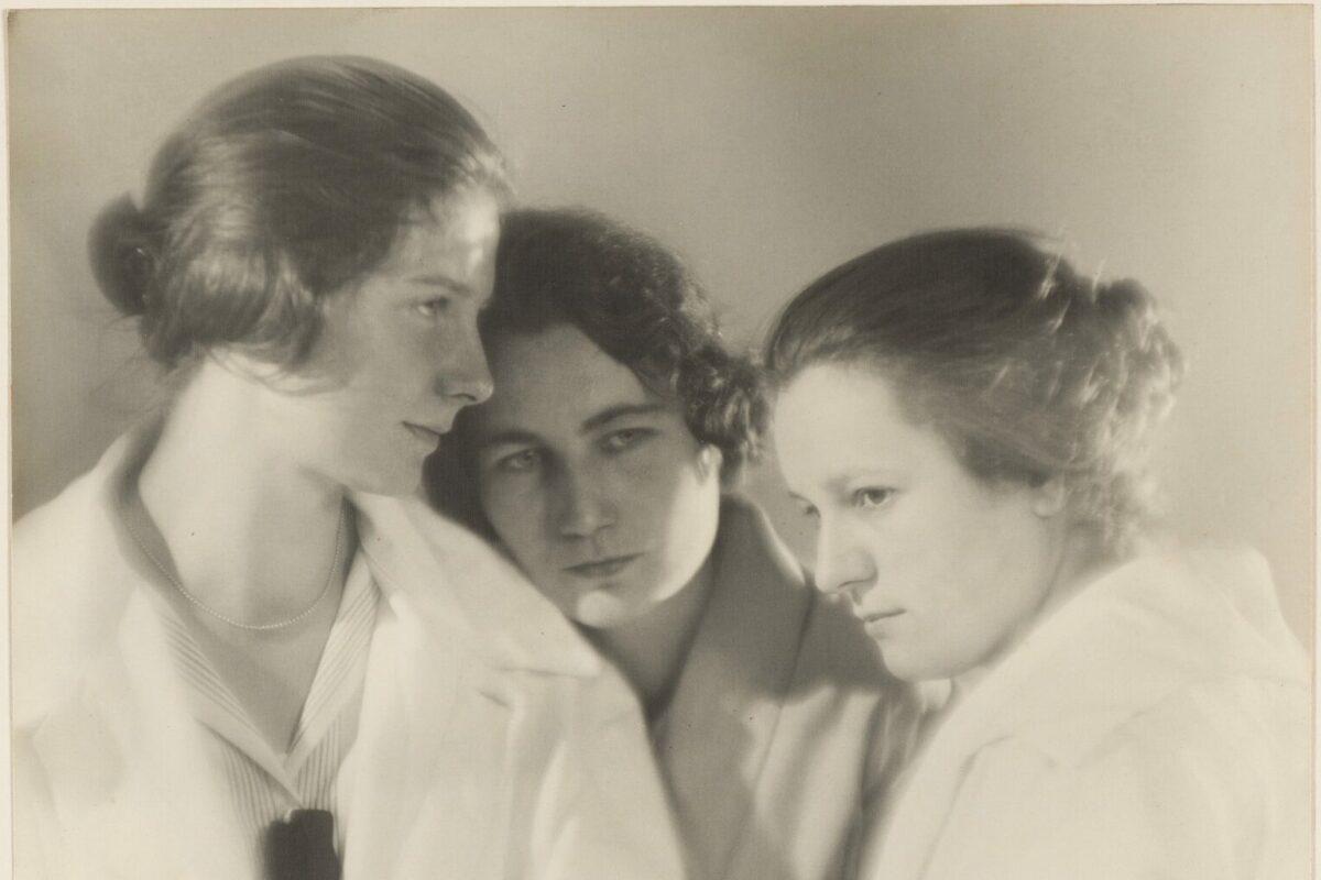 Tři mladé dívky s hlavami u sebe na černobílé fotografii