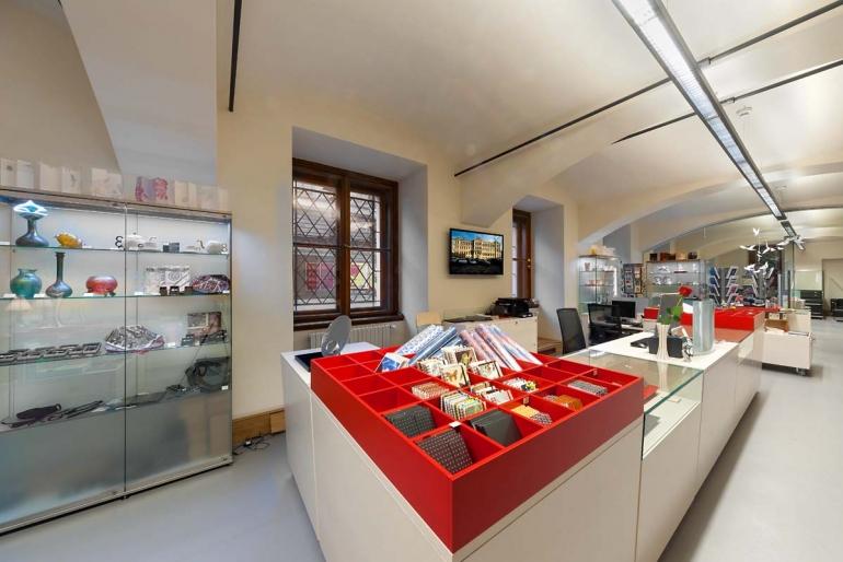 Pohled do obchodu Modernista na prodejní pult