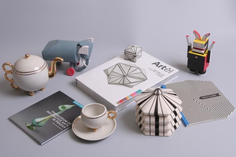 Drobnosti, které nabízí e-shop, porcelán, knihy a hračky