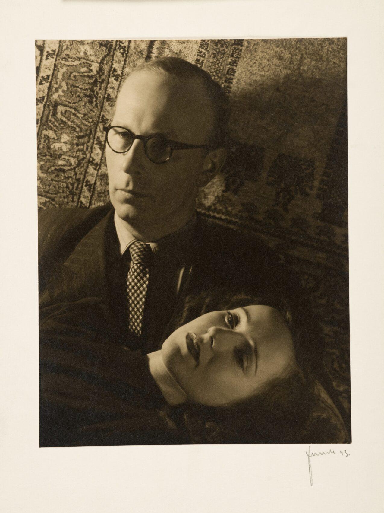 Muž s brýlemi a krásná žena na dvojportrétu.