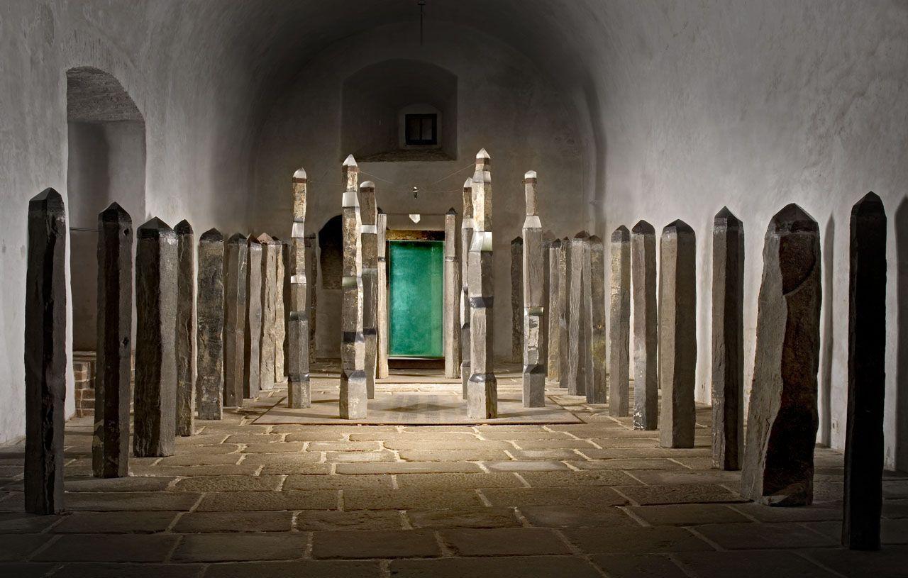 Objekt složený ze skleněných sloupů umístěný v podzemí zámku