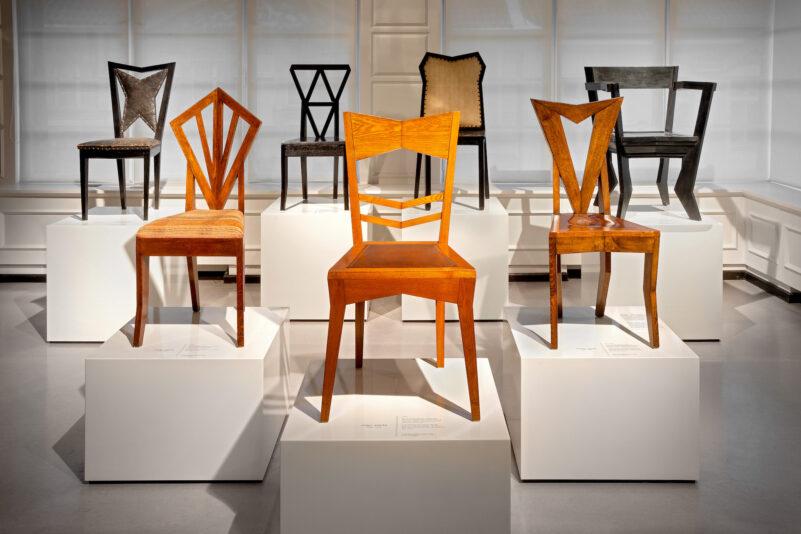Pohled do expozice Český kubismus, různé druhy židlí