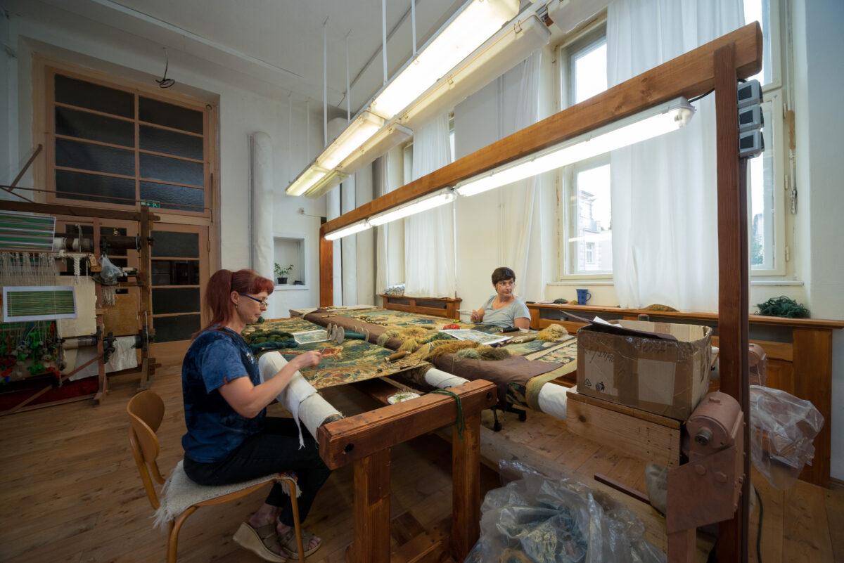 Ženy pracují na opravě velkého gobelínu