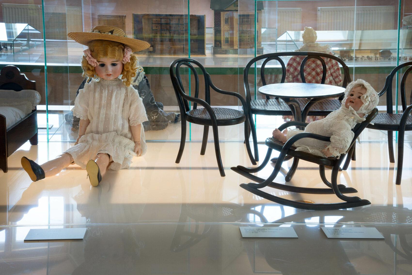 Panenky s porcelánovými hlavičkami a kloboučky a malý nábyteček