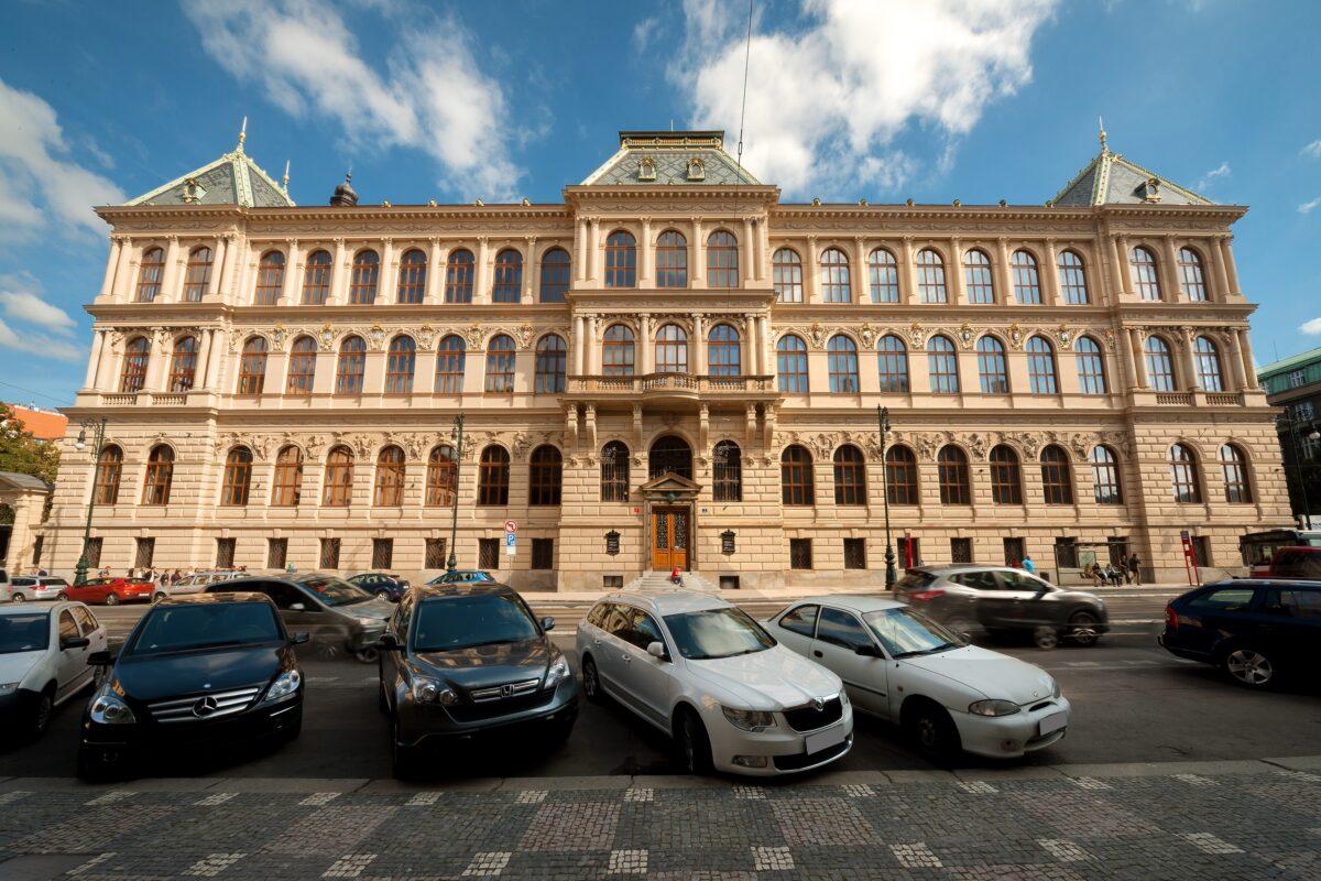 Čelní pohled na historickou budovu muzea