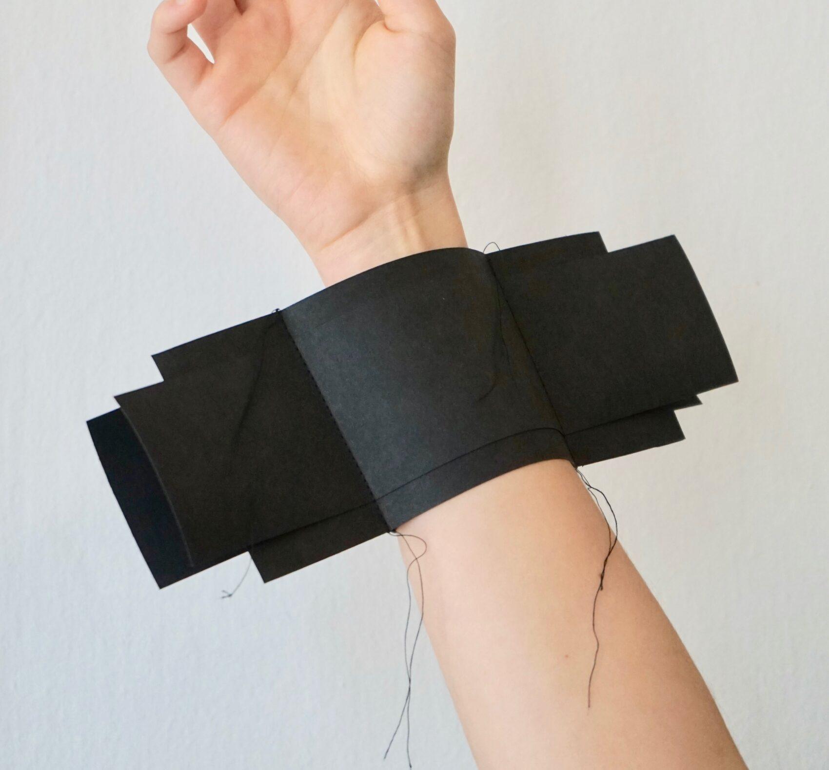 Černý objekt na zápěstí