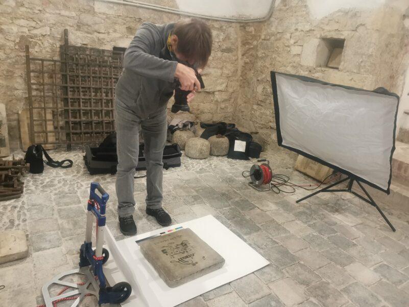 Ondřej Kocourek, fotograf UPM, fotí zachovalé litografické kameny z tiskárny Haase