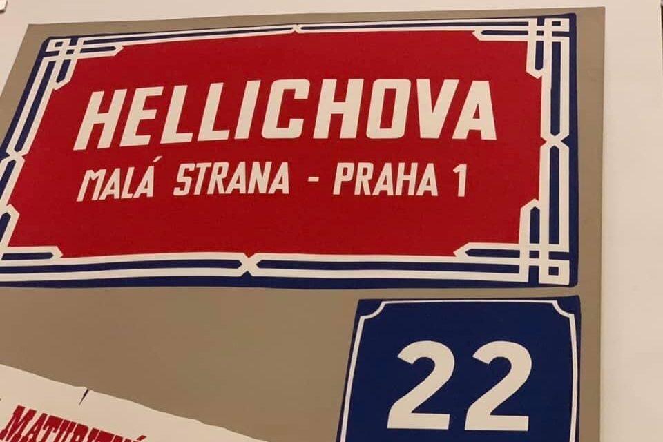 Červená cedule s nápisem Hellichova a modrá tabulka s číslem domu 22