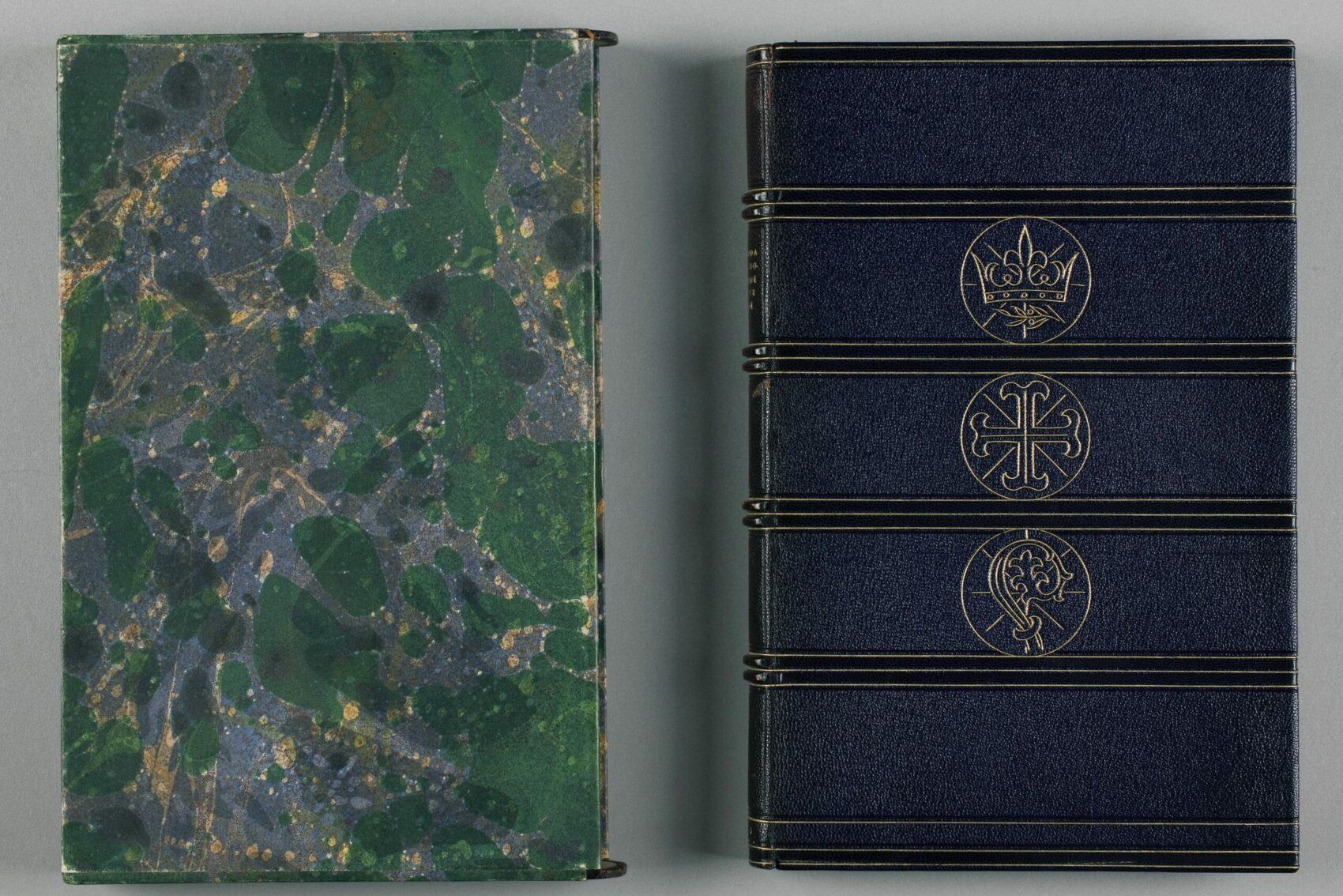 Dvě vzácné knižní vazby, jedna zelena mramorovaná, jedna modrá se zlatou ražbou