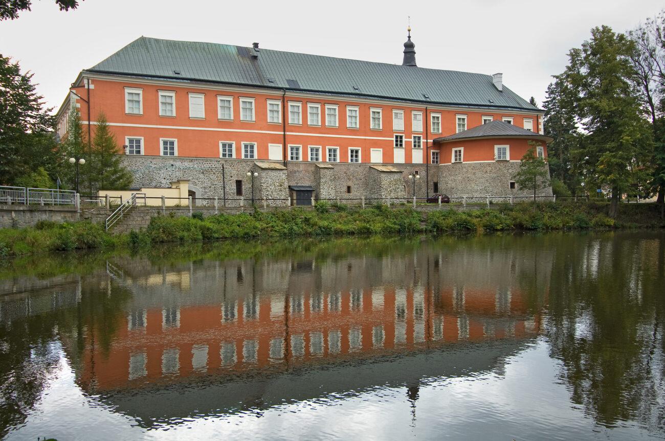 Pohled na zámek Kamenice nad Lipou přes Zámecký rybník