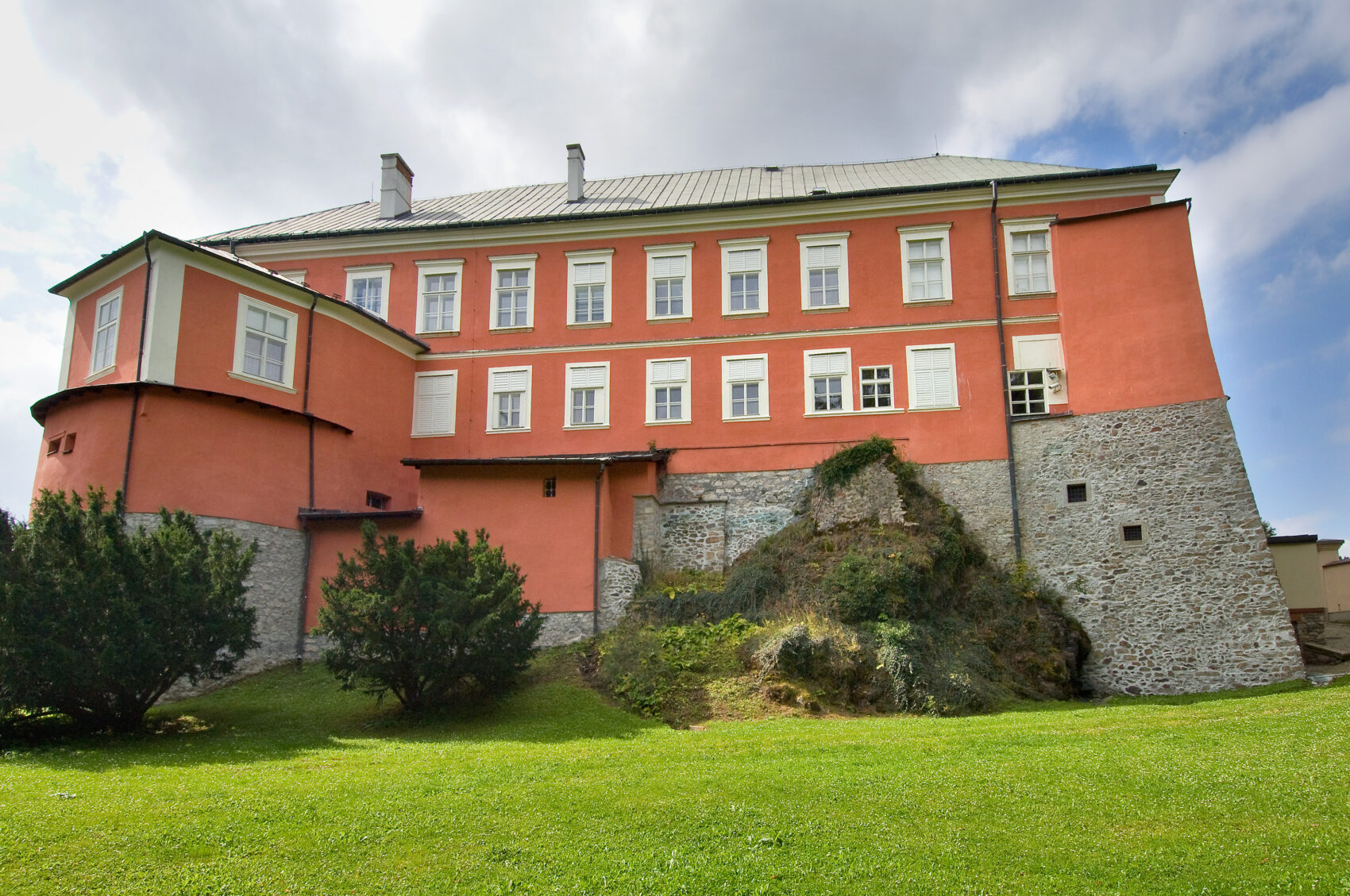 Pohled na zámek Kamenice nad Lipou ze zahrady