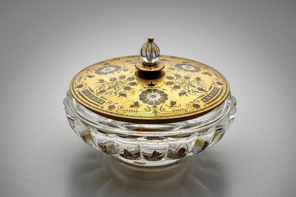 Skleněná bonboniéra se zlatým víčkem z roku 1900