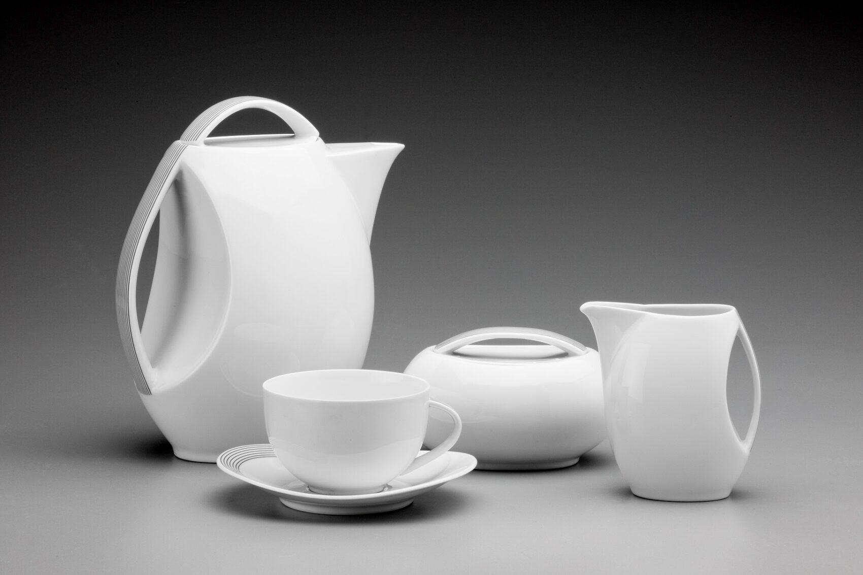Konvička na kávu, konvička na mléko, šálek s podšálkem a cukřenka. Bílý porcelán