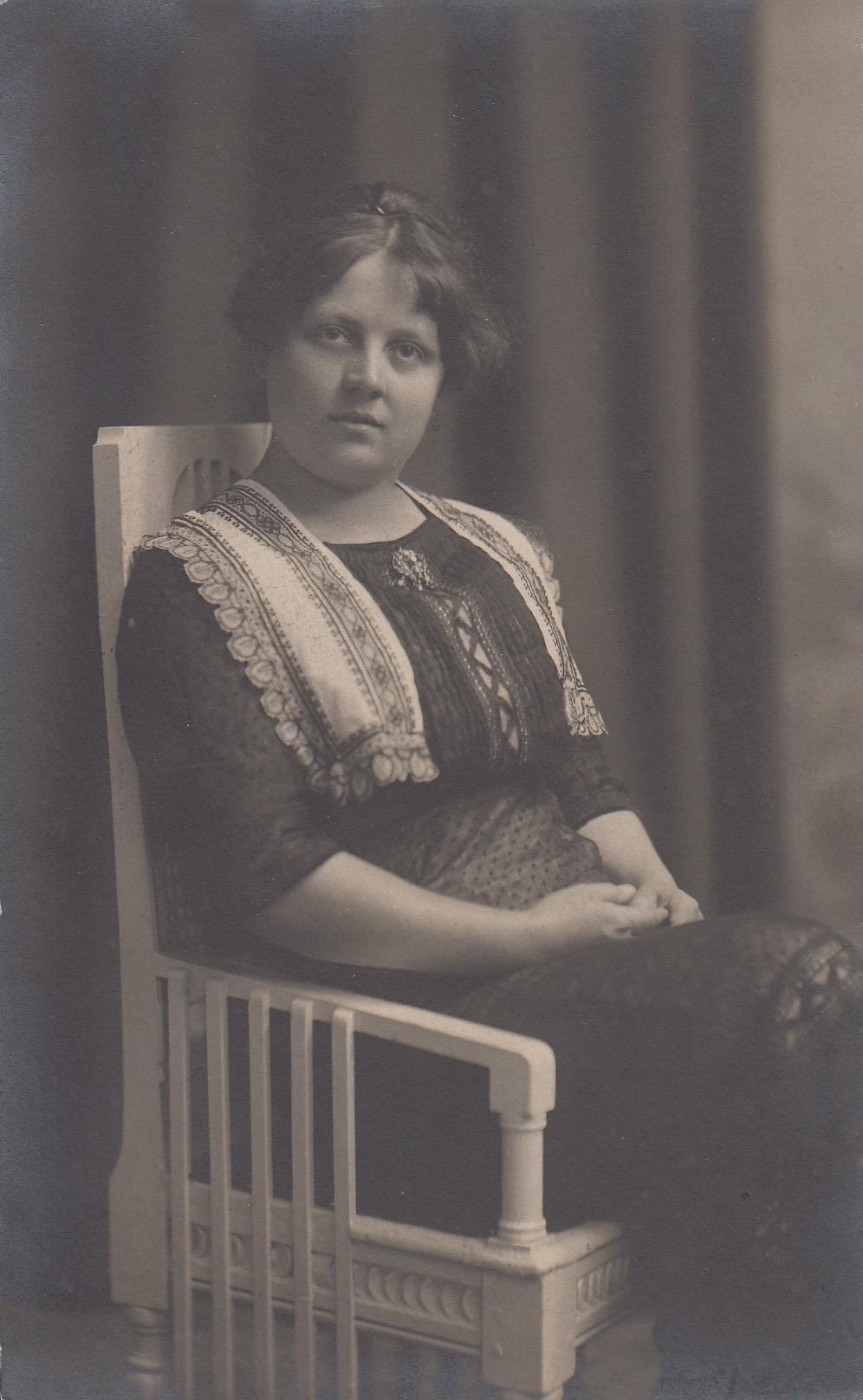 Mladá žena sedící v křesle