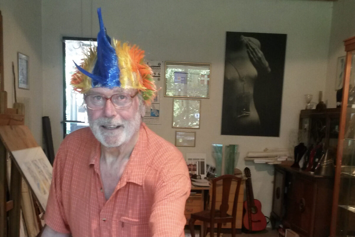 Muž s veselou barevnou čepičkou na hlavě