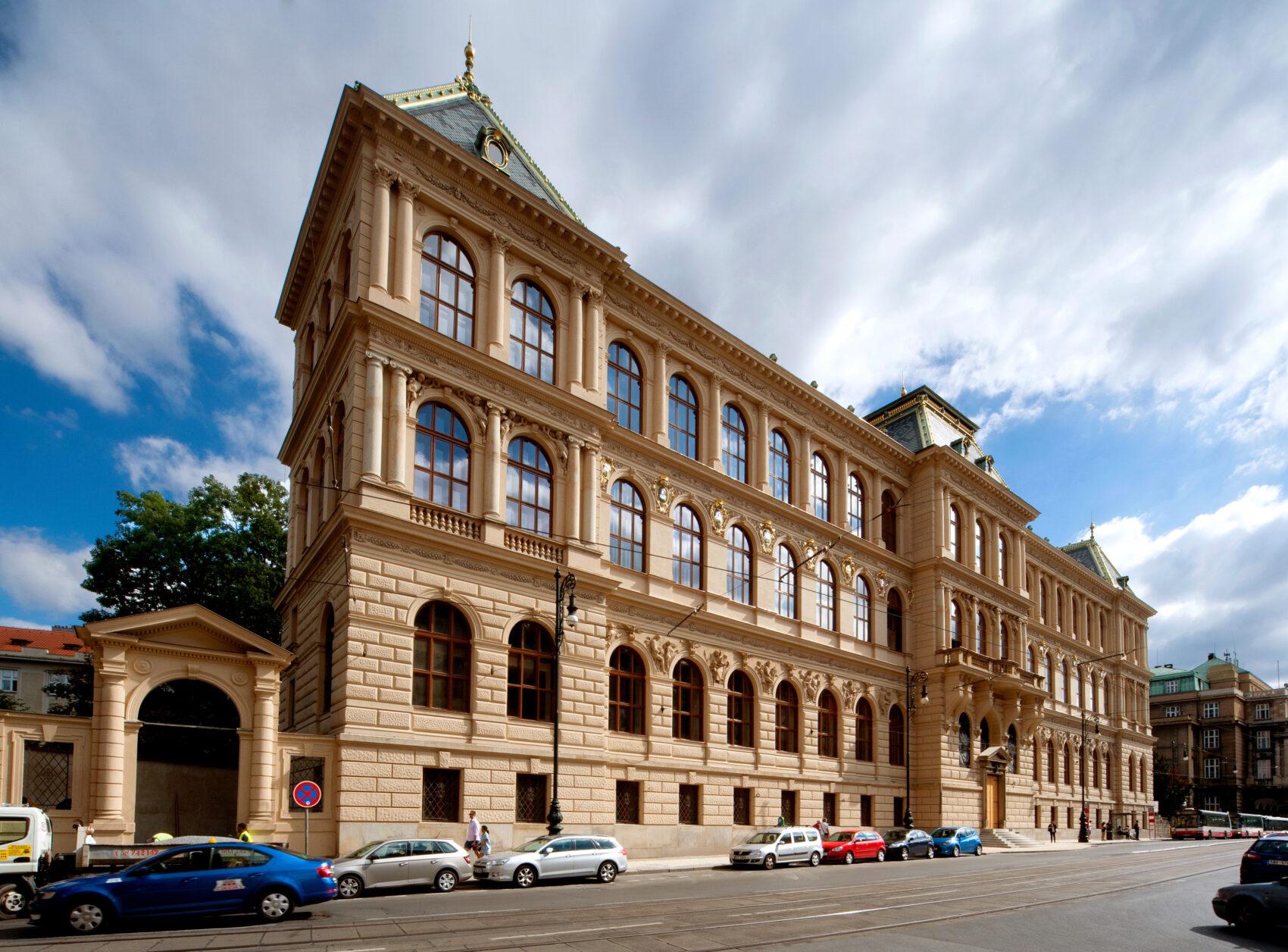 pohled na budovu Uměleckoprůmyslového musea v Praze z ulice