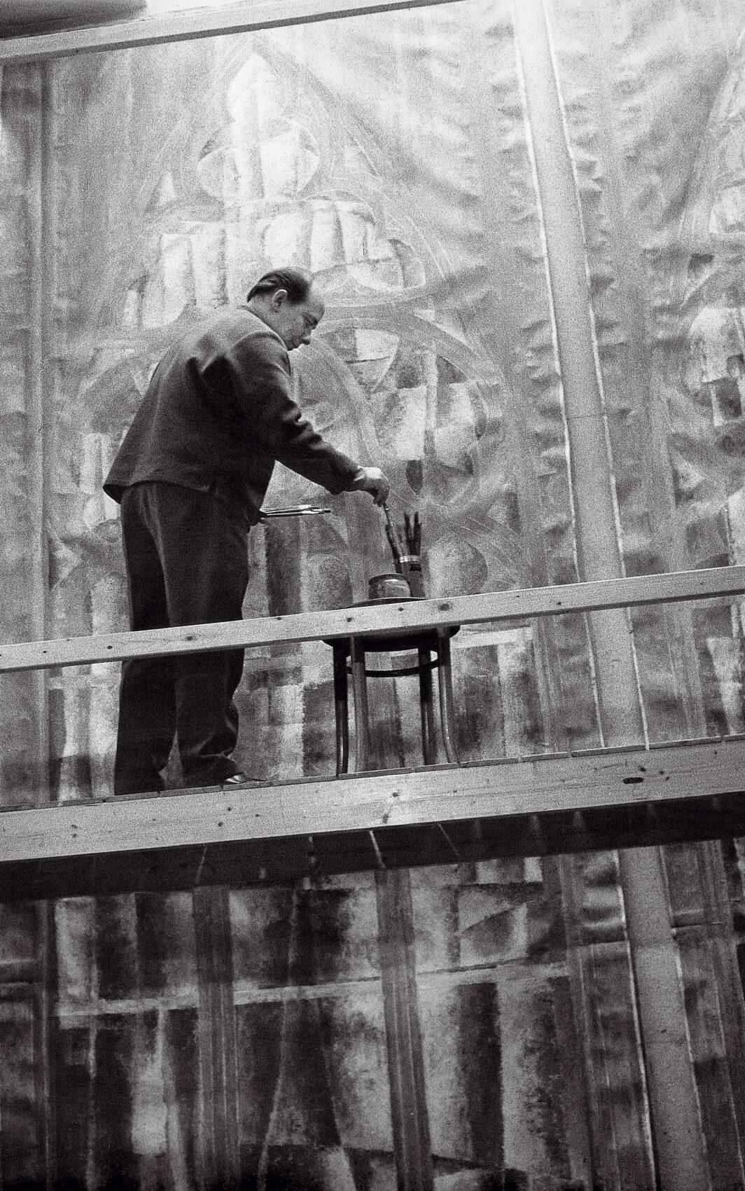 Stanislav Libenský na lešení maluje návrhy okna do chrámu sv. Víta