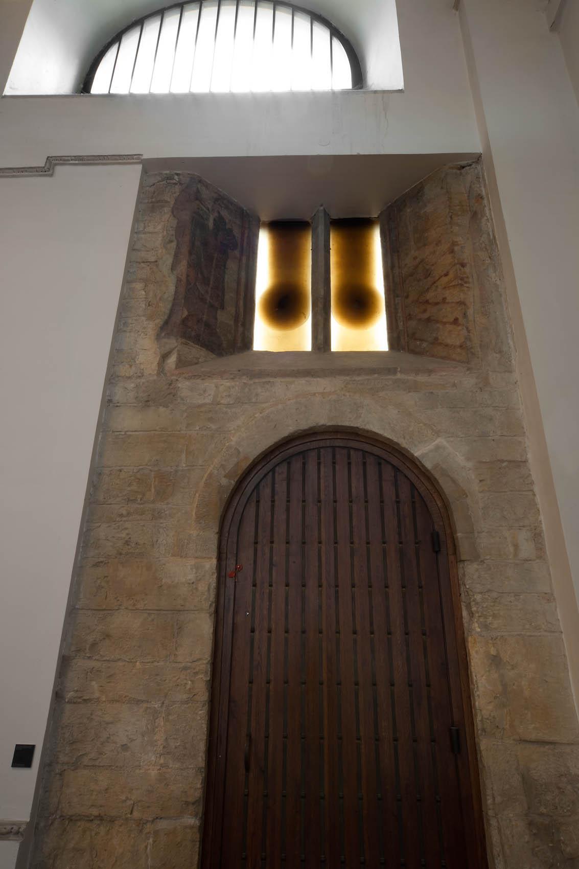 Skleněná okna s abstraktním motivem v sakrální stavbě