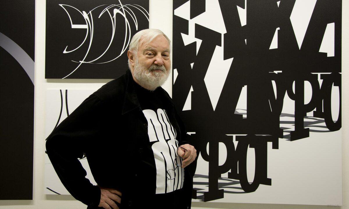 Vousatý starší muž v černém tričku