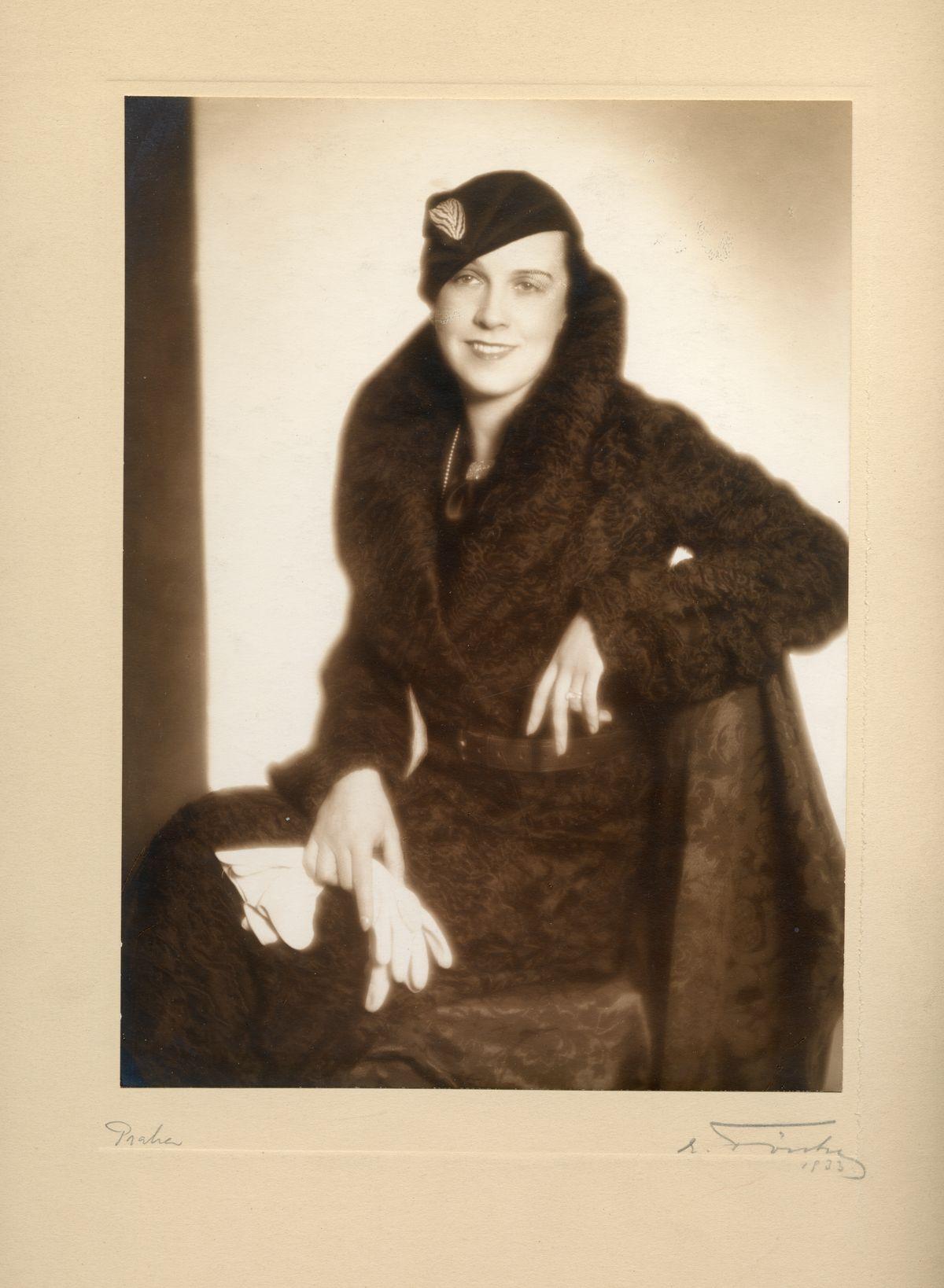 Elegantní žena v kloboučku a s kožešinovým límcem